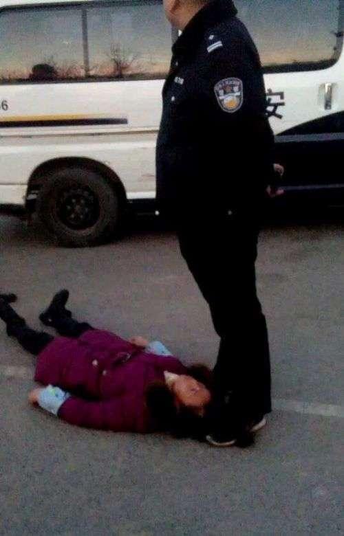У Китаї жінка померла в момент затримання поліцією (2 фото)