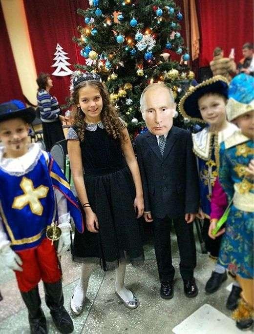 Школяр прийшов на новорічний ранок у вельми незвичайному костюмі (4 фото + відео)