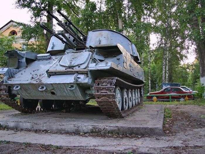 Дитячий майданчик стала місцем стоянки військової техніки (3 фото)