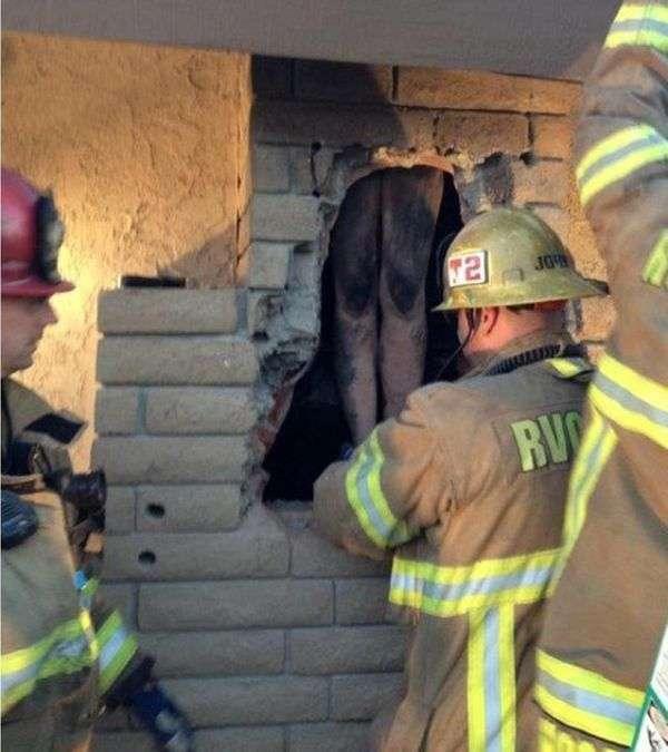 У США оголена жінка застрягла в димоході каміна (3 фото)