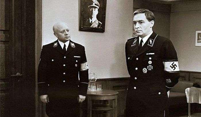 Незвичайна нова уніформа працівників «Пошти Росії» (8 фото)