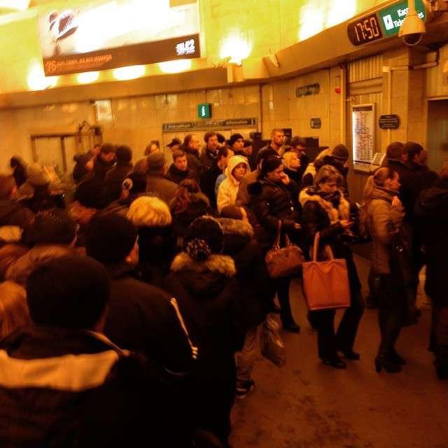 У пітерському метро зявилися черги за жетонами (5 фото)