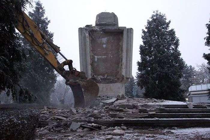 Поляки знесли памятник Подяки і Братства (10 фото)