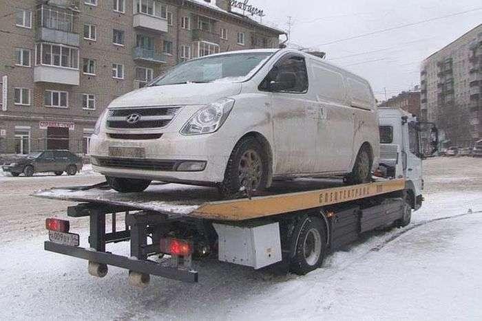 Власник дорогої іномарки знайшов місце для паркування (3 фото)