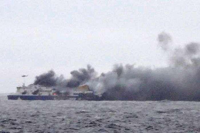 В Адріатичному морі рятують пасажирів палаючого порома (7 фото + відео)