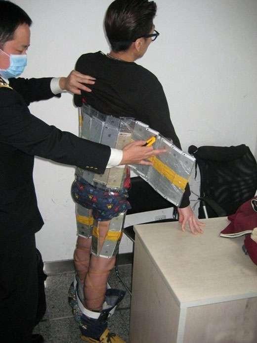 Хлопець намагався ввезти в КНР 94 смартфона, примотав їх до себе скотчем (5 фото)