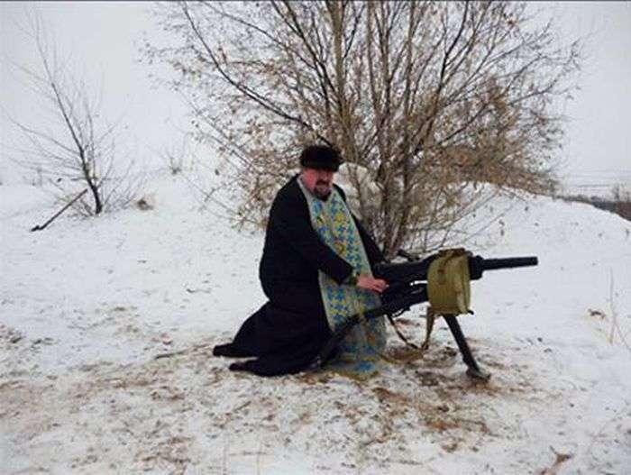 На Донбасі український священик робить селфи зі зброєю в руках (6 фото)