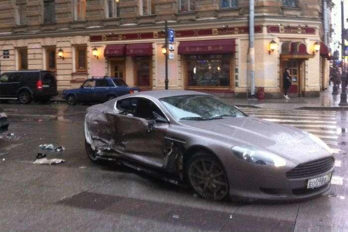 У Пітері 15-річний водій спорткара Aston Martin влаштував ДТП (5 фото)