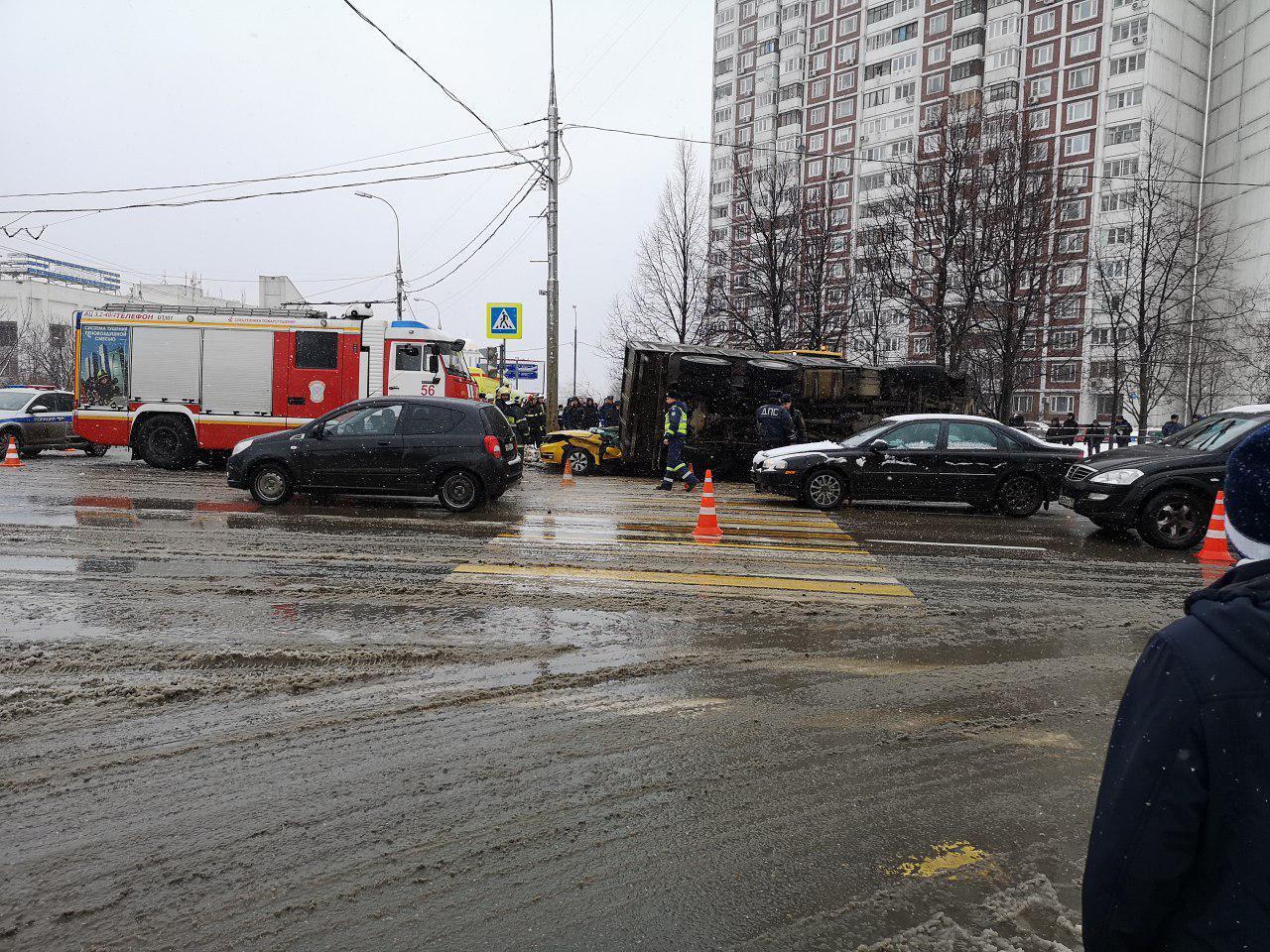 Груженный песком КамАЗ опрокинулся на такси в Москве Всячина
