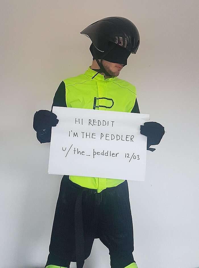 Парень в маске решил бороться с велосипедными воришками   Интересное