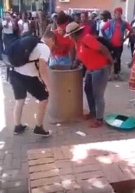 Расизм как он есть: белому мужчине в ЮАР не дают выбросить мусор Интересное