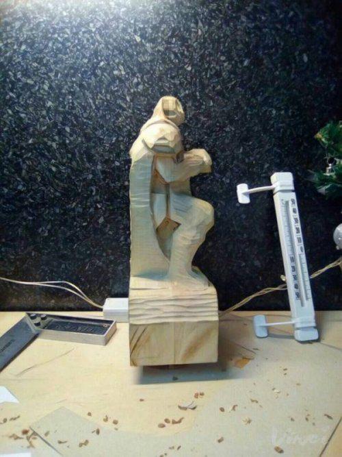 Впечатляющая скульптура, вырезанная из дерева из дерева