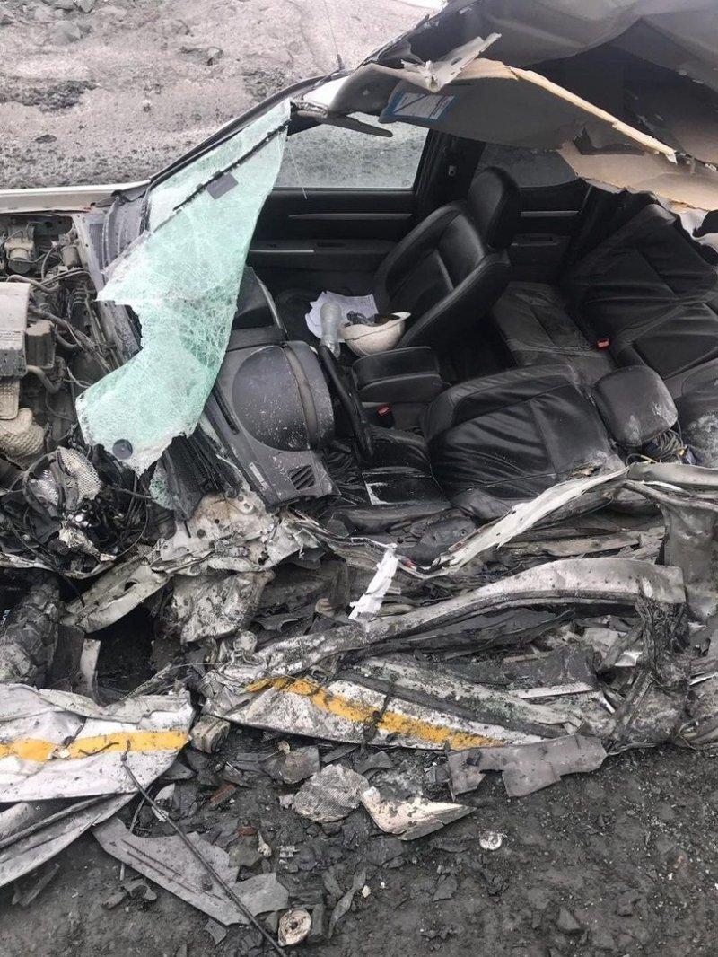 В Карелии огромный карьерный самосвал переехал пикап: водитель чудом не пострадал