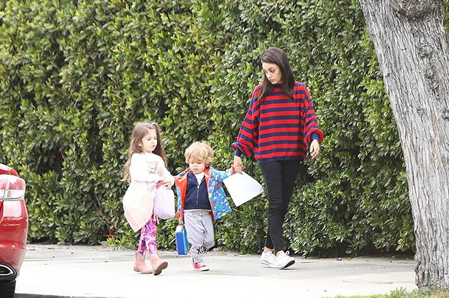 Мила Кунис на прогулке с детьми в Лос-Анджелесе: новые семейные фото Звездные дети