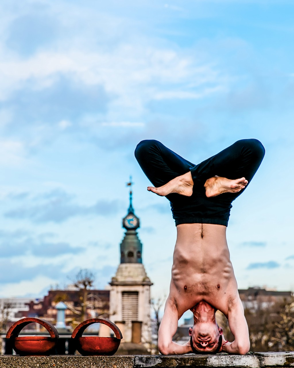 Публично: стриптиз и йога на улицах большого города город