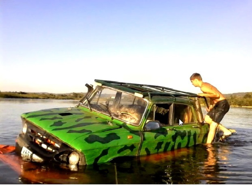 Старенький «Москвич» превратили в амфибию на огромных гусеницах авто