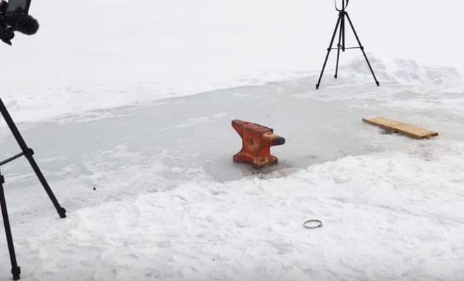 Опускаем раскаленную наковальню в толстый лед озера лед